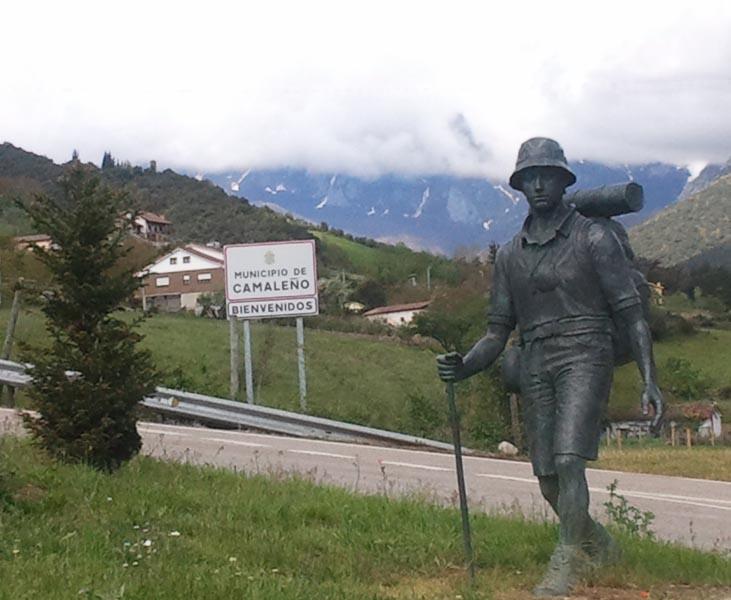 Estatua peregrino camino lebaniego