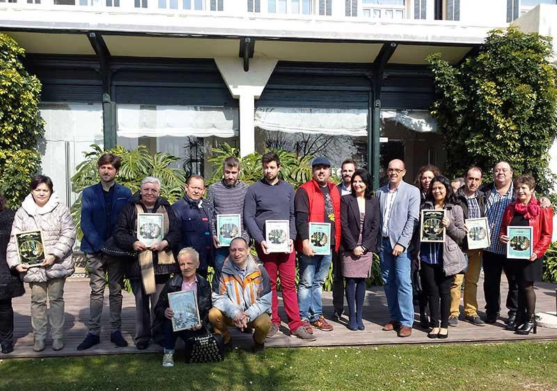 Foto-familia-de-todos-los-premiados-con-la-directora-general-de-Turismo-de-Cantabria,-Eva-Bartolome