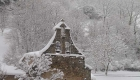 Iglesia-en-Liebana-con-nieve
