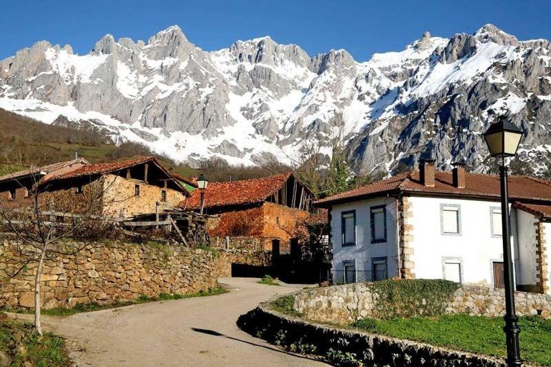 Mogrovejo pueblo de cantabria 2017 turismo rural remo a - Casas de pueblo en cantabria ...