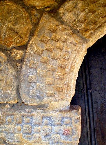 Ajedrezado pórtico iglesia de Brez - foto Andrés García Palomo - qué ver en Liébana